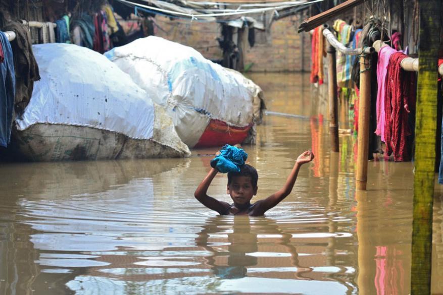 ਦੀਮਾਪੁਰ ਨਾਗਾਲੈਂਡ 'ਚ ਹੜ੍ਹ ਦੇ ਪਾਣੀ ਚੋਂ ਲੰਘਦਾ ਹੋਇਆ ਇੱਕ ਬੱਚਾ (Images PTI)