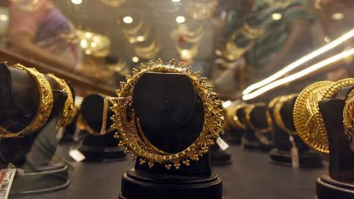 Gold Rates: ਸੋਨਾ ਅਤੇ ਚਾਂਦੀ ਦੀ ਕੀਮਤ ਵਿਚ ਅੱਜ 700 ਰੁਪਏ ਤੱਕ ਆਈ ਗਿਰਾਵਟ, ਜਾਣੋ 10 ਗਰਾਮ ਗੋਲਡ ਦੇ ਨਵੇਂ ਭਾਅ
